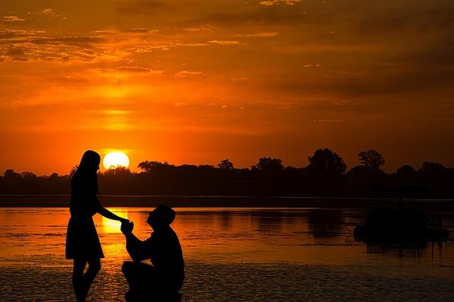 איך להציע נישואים בצורה שתגרום לה להסכים?