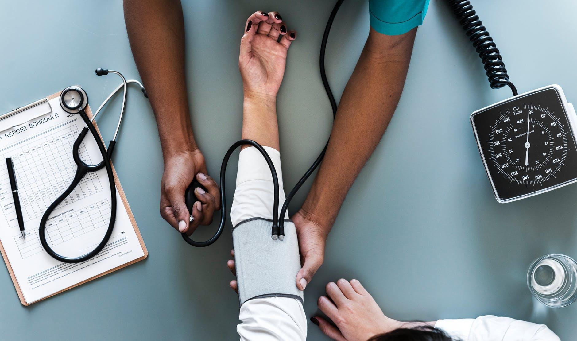 ההבדלים בין טיפול בצרבת לטיפול ברפלוקס