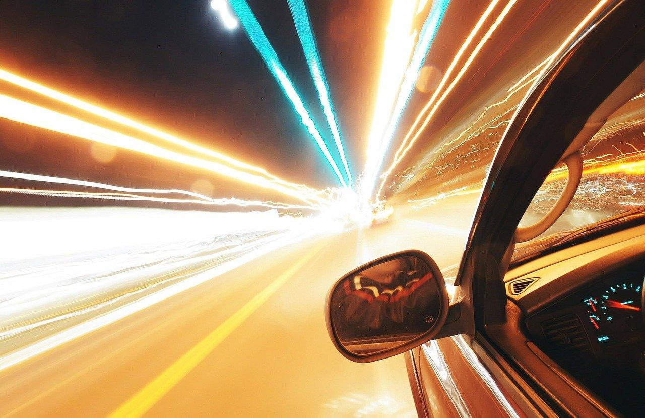 מה ההבדל בין נהיגה במהירות מופרזת לנהיגה בקלות ראש?