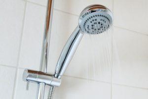 ניקוי עובש במקלחת